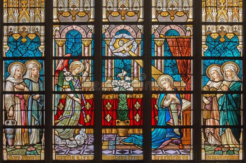 BRUGES, BÉLGICA - 12 DE JUNHO DE 2014: O aviso no windowpane na catedral do St Salvator (Salvatorskerk) por artis do vitral imagem de stock