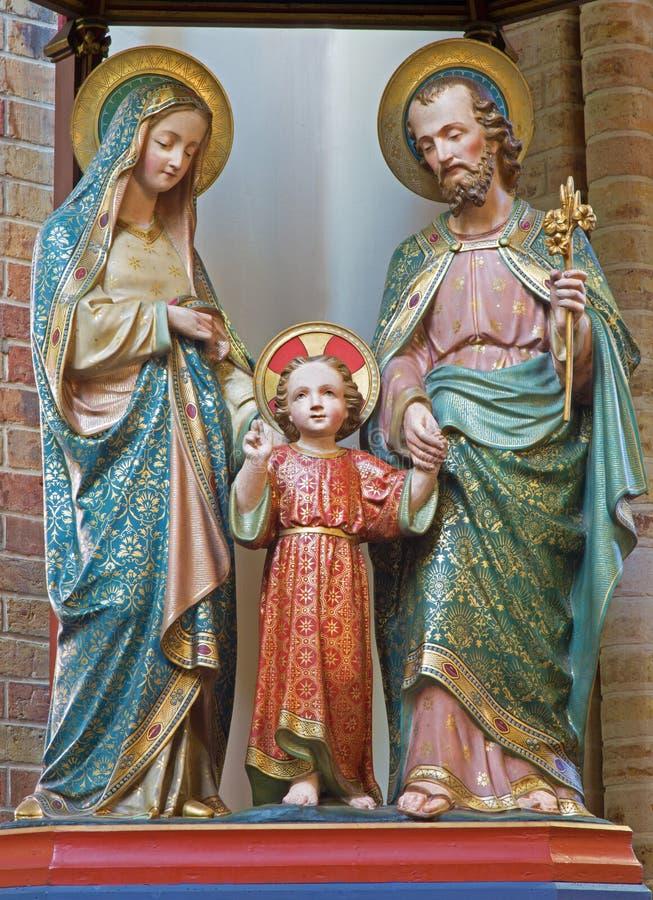 BRUGES, BÉLGICA - 13 DE JUNHO DE 2014: Satues cinzelados da família santamente de 19 centavo na igreja de St Giles fotografia de stock