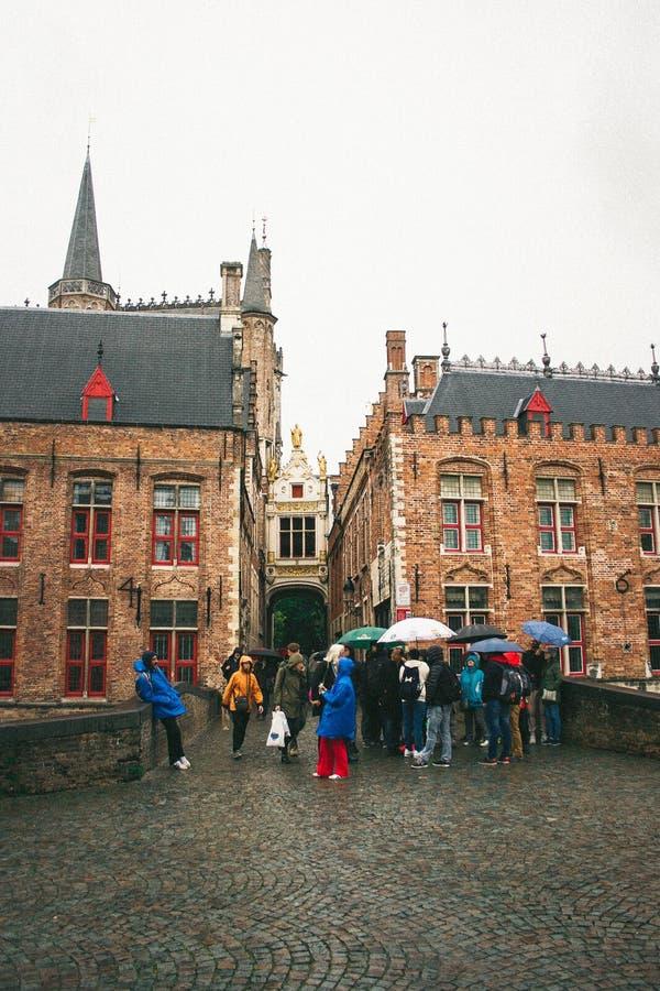 Bruges, Bélgica Turistas na chuva imagem de stock royalty free