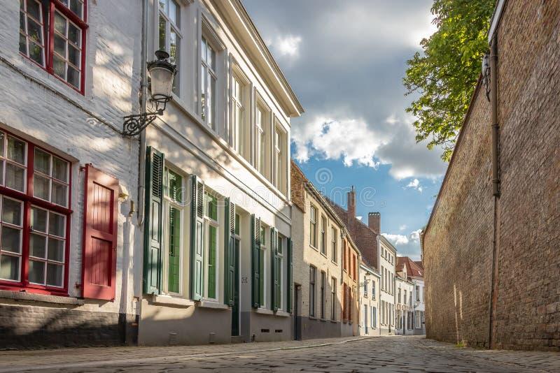Bruges, Bélgica - Vista de Quaint Street no Centro Histórico de Bruges Patrimônio Mundial da UNESCO imagens de stock