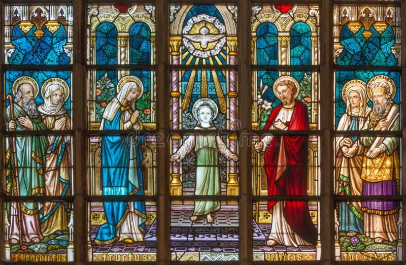 BRUGES BELGIA, CZERWIEC, - 12, 2014: Święta rodzina na windowpane w St Salvator katedrze (Salvatorskerk) zdjęcie stock