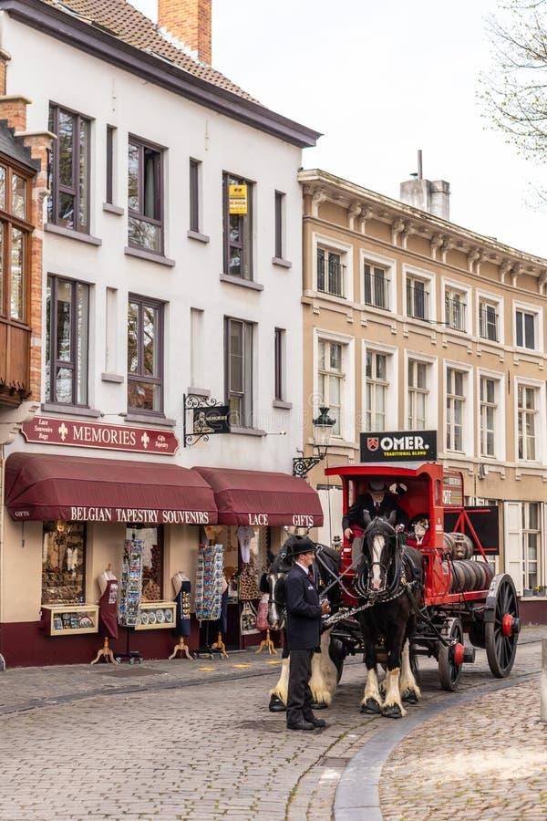 Bruges Belgia, KWIECIE?, - 05, 2019: Konie i powozik w ulicach ?redniowieczny miasto Bruges zdjęcie stock