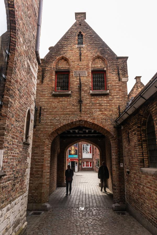 Bruges Belgien - APRIL 05, 2019: Gator av den medeltida staden av Bruges royaltyfria bilder