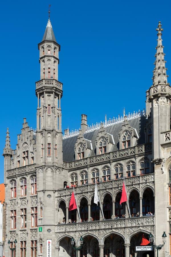 BRUGES BELGIEN EUROPA - SEPTEMBER 25: Stadshus i marknaden Squar arkivbild