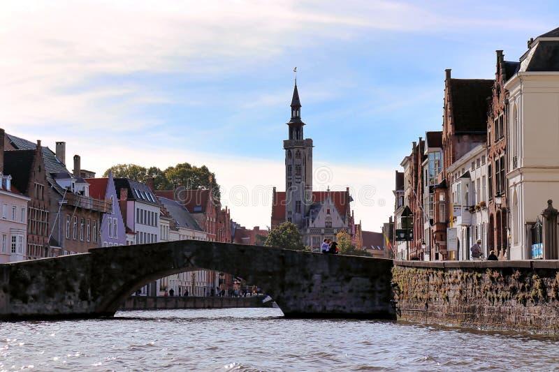 Bruges Belgien, Europa: September 29th 2018; sikt i eftermiddagen av det historiska centret från ett kanalfartyg royaltyfria bilder