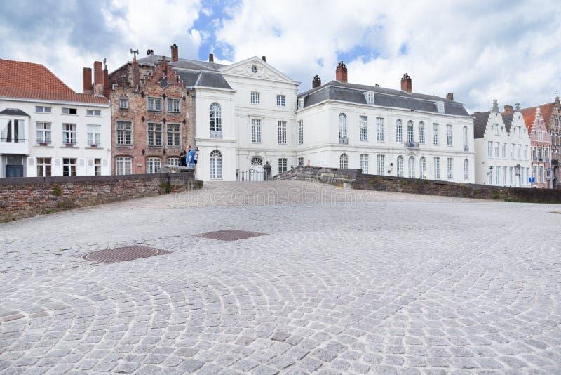 BRUGES BELGIEN - JUNI 7, 2017: Byggnader på kanalembankmenna royaltyfri fotografi