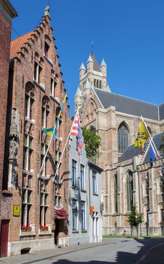 BRUGES BELGIEN - JUNI 12, 2014: Domkyrka för St Salvators (Salvatorskerk) och det gamla gotiska huset royaltyfri fotografi