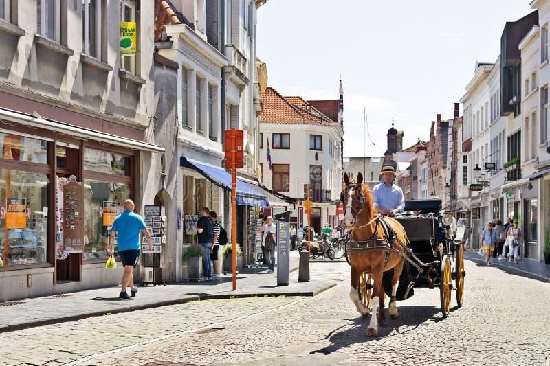 BRUGES, BELGIO - 10 GIUGNO 2017: Il veicolo del cavallo sulla via fotografia stock