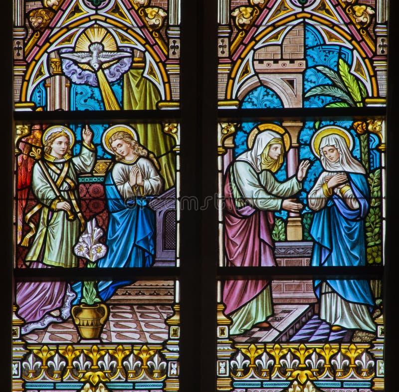 BRUGES, BELGIO - 12 GIUGNO 2014: L'annuncio e il Vistation alla scena di Elizabeth sul windwopane nella chiesa della st Jacobs immagine stock libera da diritti