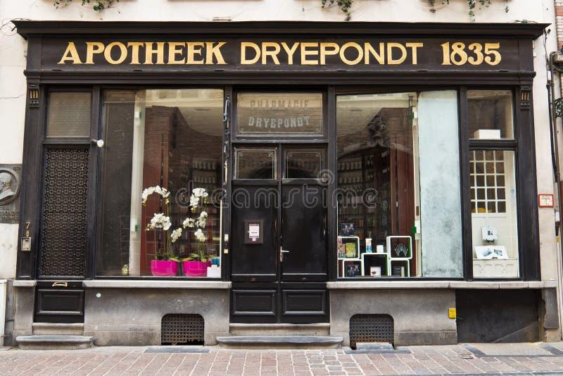 bruges belgium 13 avril 2014 vieux devanture de magasin de pharmacie d 39 apothicaire photo. Black Bedroom Furniture Sets. Home Design Ideas