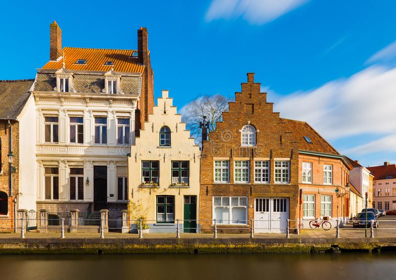 Bruges Brugge, Belgia: Uliczny widok starzy mieszkaniowi domy w tradycyjnym architektura stylu zdjęcia stock