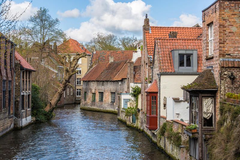 Bruges, case e canali immagine stock