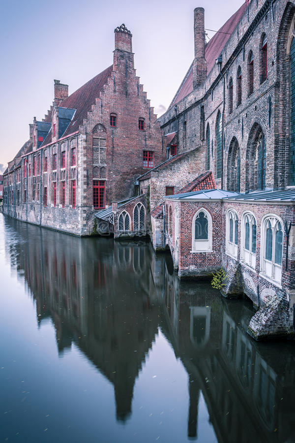 Bruges, case e canali immagine stock libera da diritti