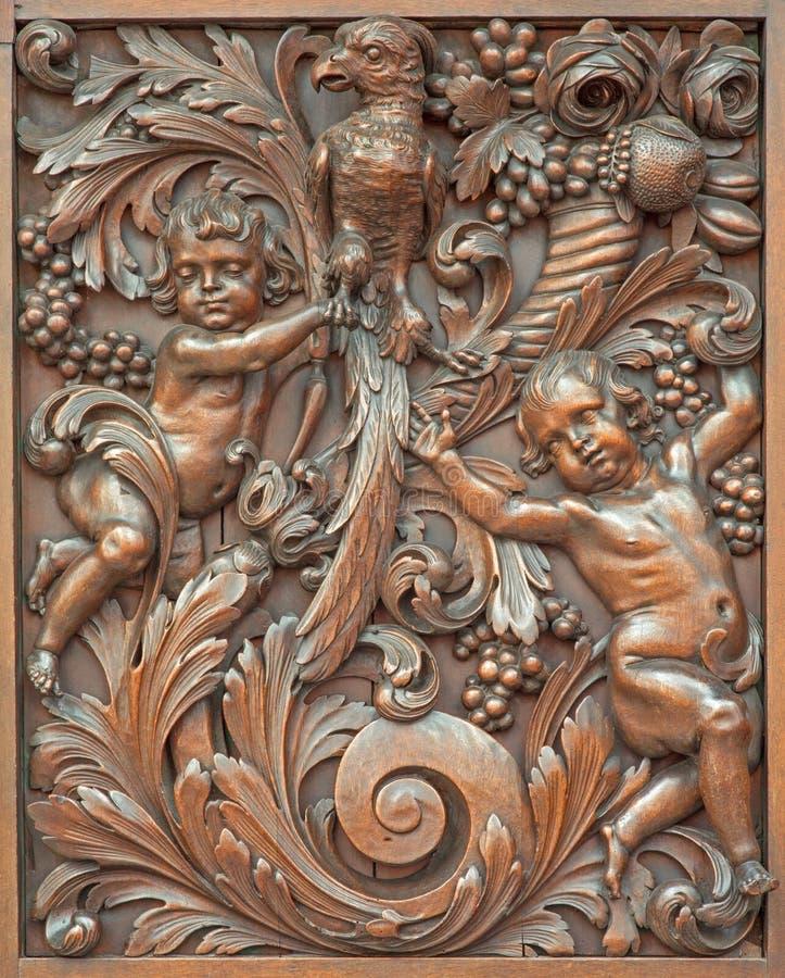 Bruges - den sned symboliska lättnaden av änglar med fågeln i Karmelietenkerk (den Carmelites kyrkan) fotografering för bildbyråer