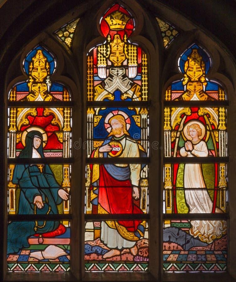 Bruges - fönsterruta med platsen av Jesus som visas till helgonet Margaret Mary Alacoque från 19 cent i i den St Giles kyrkan arkivfoton