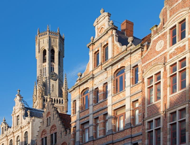 Bruges - fasada tipycal domy z Belfort samochodu dostawczego Brugge wierza zdjęcie royalty free