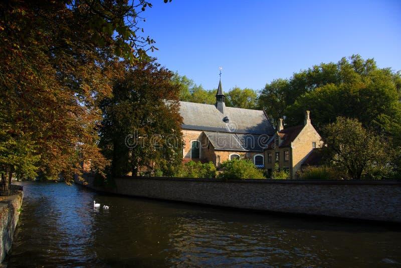 Bruges, fiume della chiesa fotografia stock