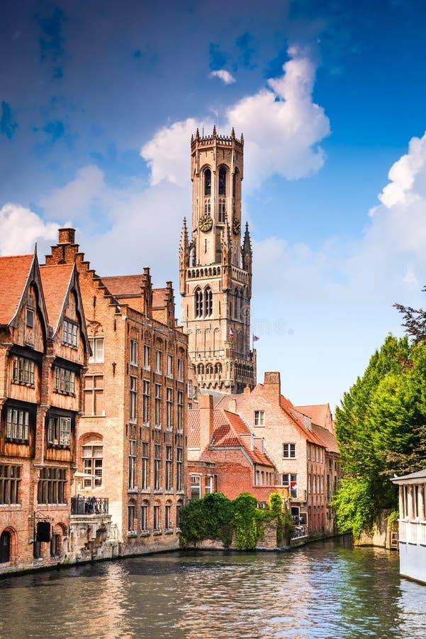 Bruges, Flanders, Bélgica - molhe o canal com casas flamengas fotos de stock