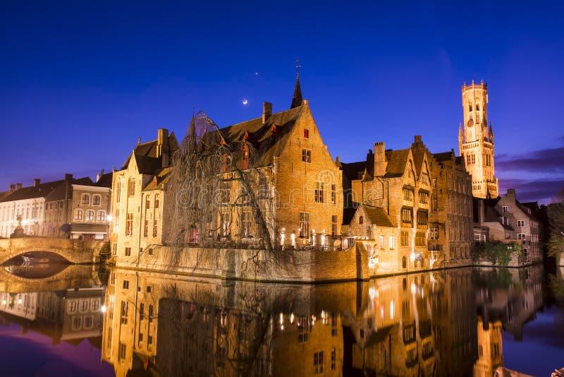 Bruges gammal stad på natten - Rozenhoedkaai royaltyfri fotografi