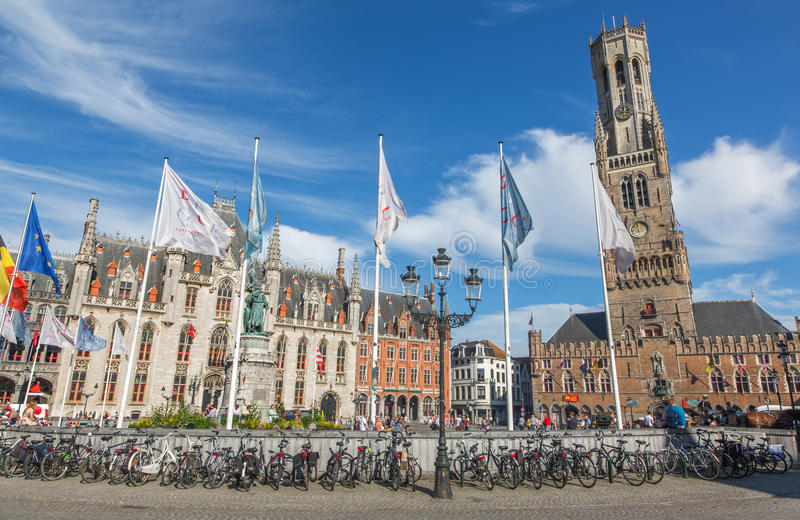 Bruges - Grote markt med den Belfort skåpbilen Brugge och Provinciaal Hof byggnad arkivfoto