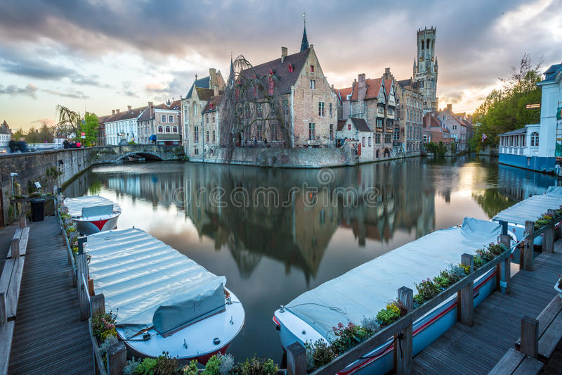 Bruges, il Belgio, costruzioni e canali immagini stock libere da diritti