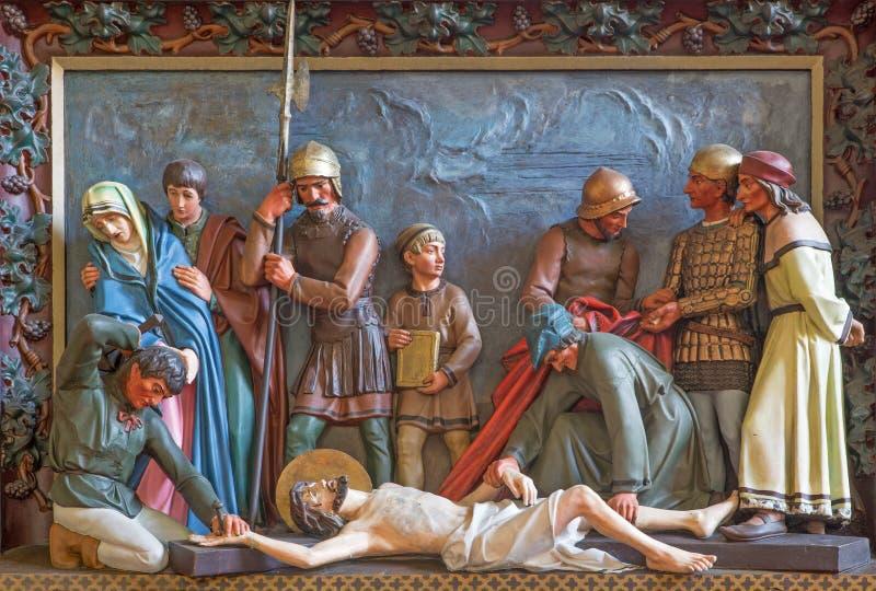Bruges - Jésus est cloué à la croix Soulagement à St Giles (Sint Gilliskerk) en tant qu'élément de la passion du cycle du Christ images stock
