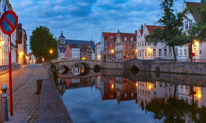Bruges kanal och bro, Belgien royaltyfria foton