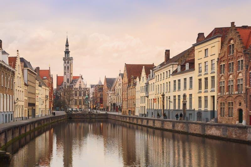 Bruges kanal på solnedgången _ fotografering för bildbyråer