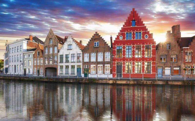 Bruges - kanaler av Brugge, Belgien, aftonsikt arkivbilder