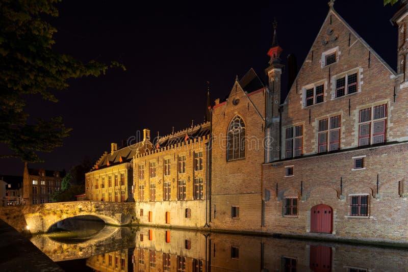 Bruges kanaler på natten Perfekt reflexion på vattnet Belgien Europa royaltyfri fotografi