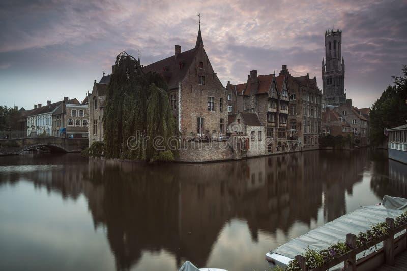 Bruges klockstapel i aftonen arkivbild