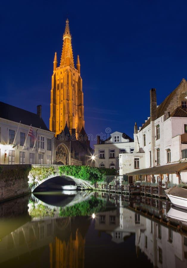 Bruges - kościół Nasz kanał i dama zdjęcia royalty free