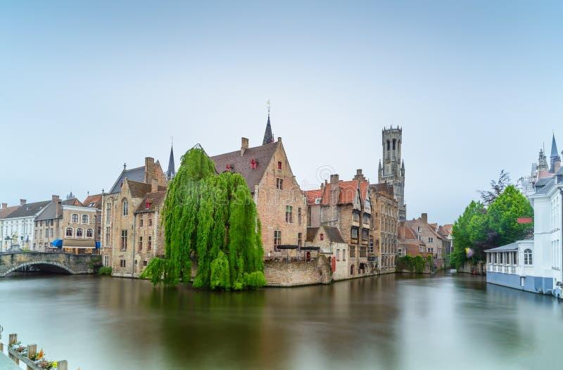 Bruges lub Brugge, Rozenhoedkaai wodny kanałowy widok. Długi ujawnienie. Belgia. obrazy stock