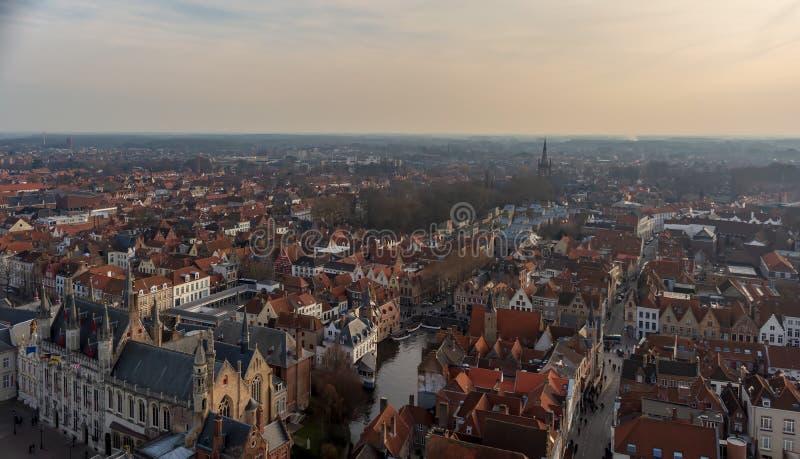 Bruges miasta linia horyzontu z czerwonymi kafelkowymi dachami, Rozenhoedkaai Quay Różańcowy kanał święty Magdalene Kościelny wie fotografia royalty free