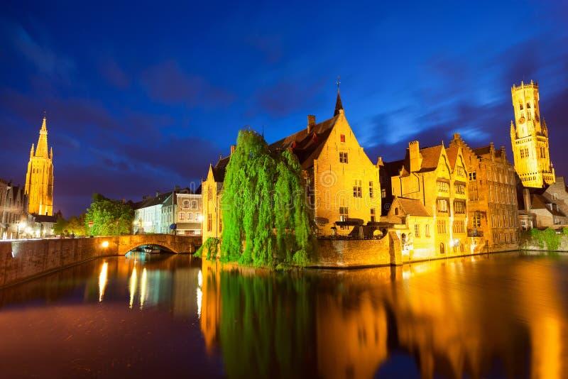 Bruges miasteczko przy nocą zdjęcia stock