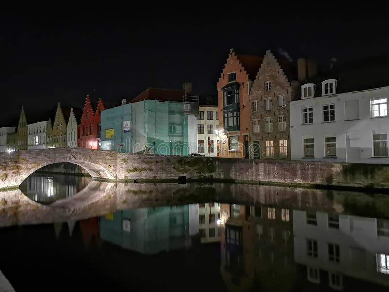 Bruges på natten Medeltida stad, reflexion på vatten royaltyfri fotografi