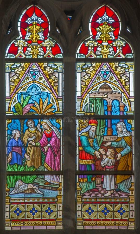Bruges - présentation de Jésus dans le temple et le Moïse sauvés du Nil St Joseph sur le windwopane dans l'église de St Jacobs photos libres de droits