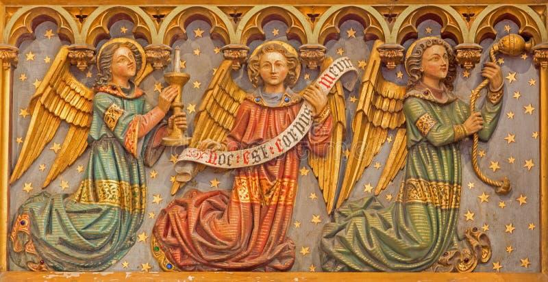 Bruges - Rzeźbiąca neogothic ulga aniołowie od bocznego ołtarza w St Salvator katedrze (Salvatorskerk) zdjęcie stock