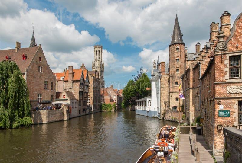 Bruges - sikt från Rozenhoedkaaien i Brugge med det Perez de Malvenda huset och den Belfort skåpbilen Brugge i bakgrunden fotografering för bildbyråer