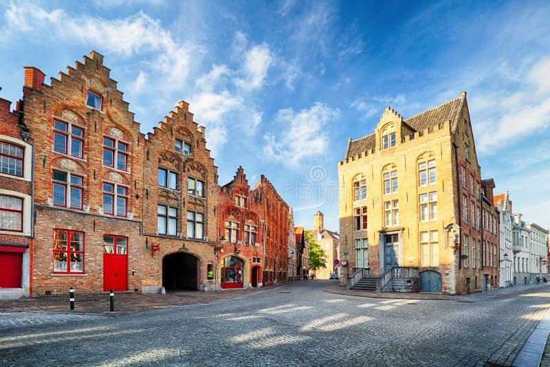 Bruges - sikt på Jan Van Eyck Square och kyrka i Brugge, Belg arkivfoton