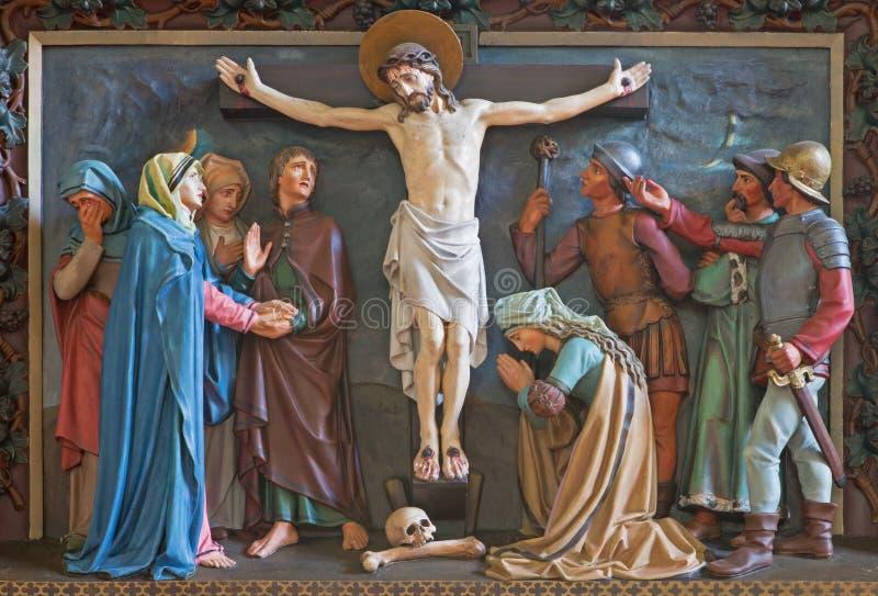 Bruges - soulagement de la crucifixion de la croix à St Giles (Sint Gilliskerk) en tant qu'élément de la passion du cycle du Chri photographie stock