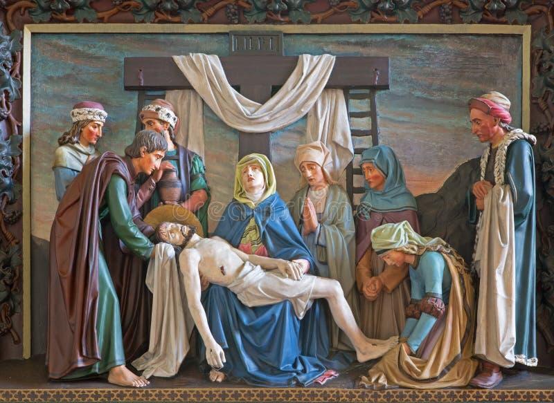 Bruges - soulagement du dépôt de la croix à St Giles (Sint Gilliskerk) en tant qu'élément de la passion du cycle du Christ images stock