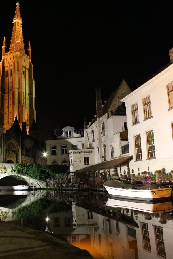 Bruges vattenkanaler på natten royaltyfri bild