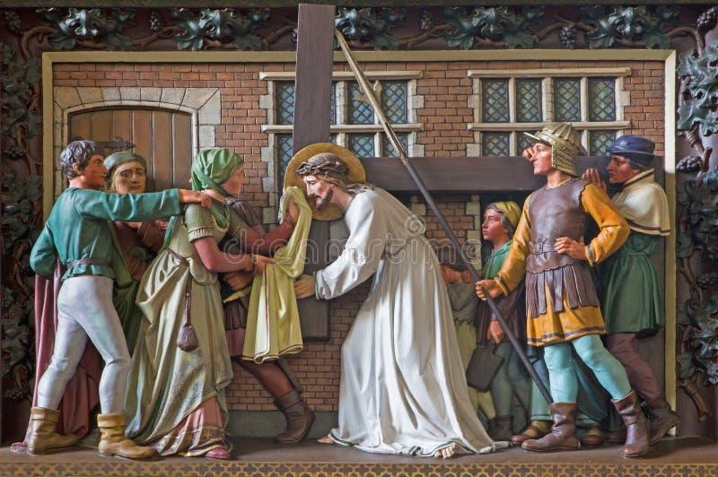 Bruges - Veronica torkar framsidan av Jesus Lättnad i den St Giles kyrkan (Sint Gilliskerk) royaltyfria foton