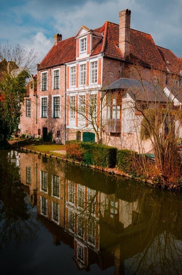 Bruges - villa rosa immagine stock
