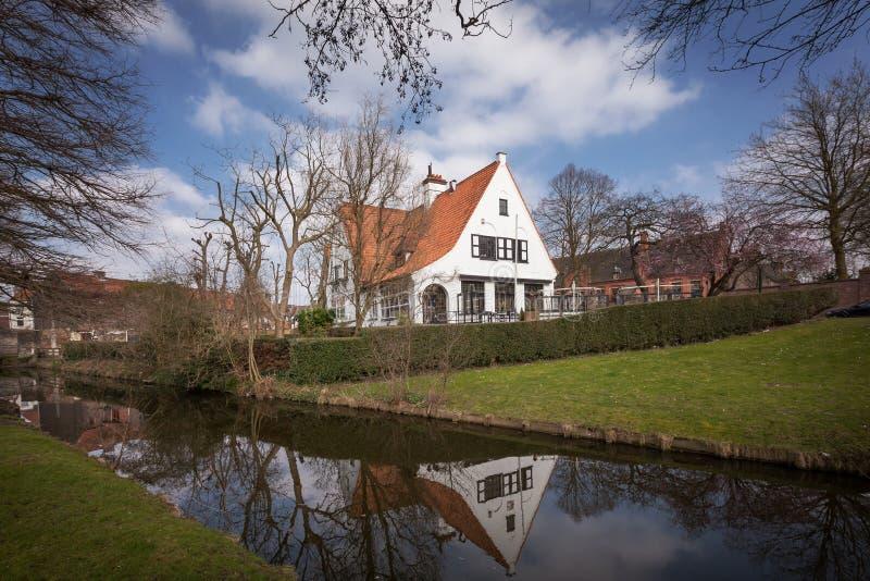 Brugge - średniowieczny dom nad kanałem w Bruges, Belgia obraz stock