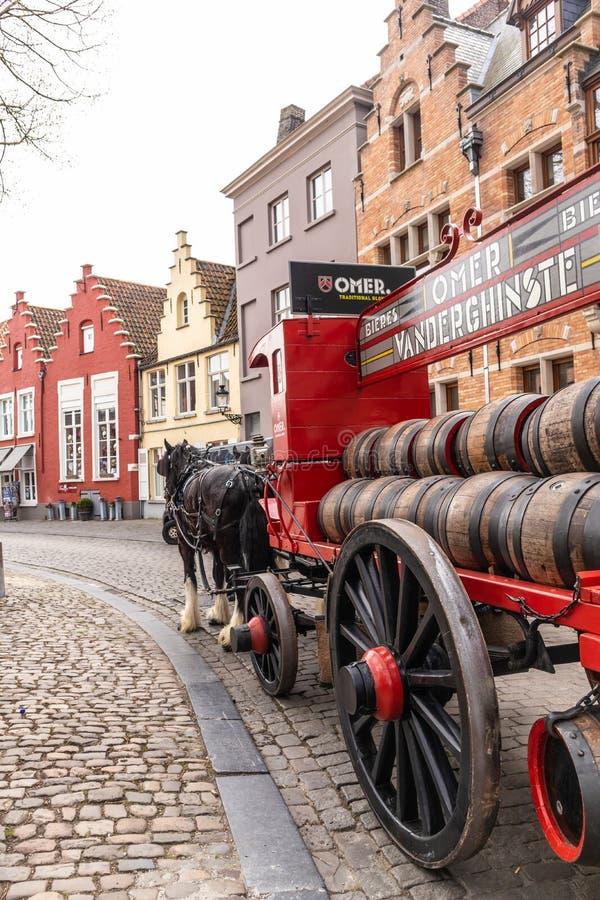 Brugge, België - APRIL 05, 2019: Paarden en met fouten in Straten van de middeleeuwse stad van Brugge stock foto's