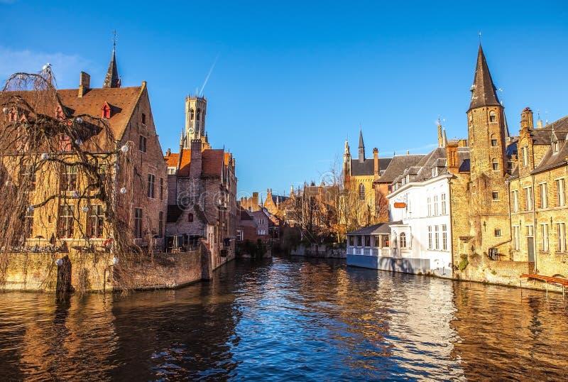 Brugge, België Beeld met Rozenhoedkaai in Brugge, Dijver-rivierkanaal en Belfort & x28; Belfry& x29; toren stock afbeeldingen