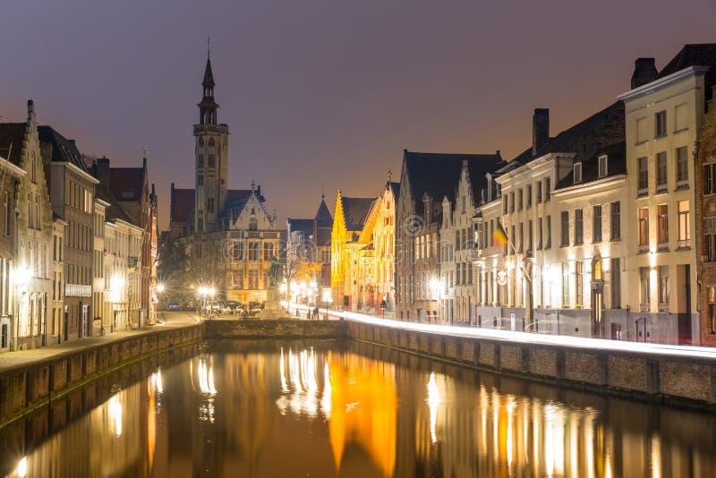 Brugge, België bij nacht stock afbeelding