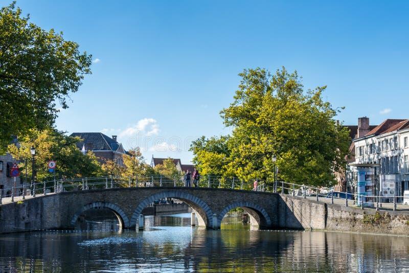 BRUGGE, BELGIË EUROPA - 26 SEPTEMBER: Brug over een kanaal in B stock foto